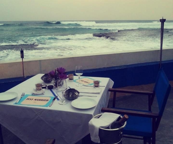 poročna večerja, poroka, plaža, just married