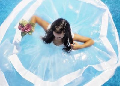 nevesta v bazenu