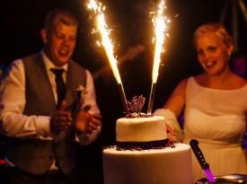 poročna torta, foto matic kuder, posestvo brdo, brdo pri kranju, poroka, ljubezen, ženin, nevesta, zaobljuba, poroka v naravi