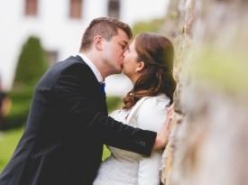 Poročna fotografija pravkar poročenega para.