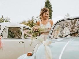 nevesta, poročna obleka, poročni šopek, poročni avto