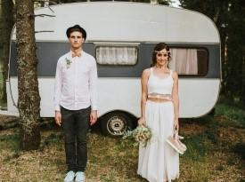 Ženin in nevesta na poročnem fotografiranju.