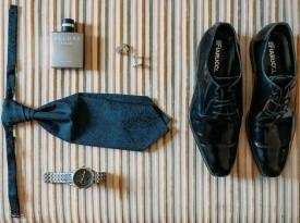 Dodatki k obleki, parfum, kravata, ura