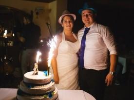 Poročna torta, poročni prostor ter ženin in nevesta.