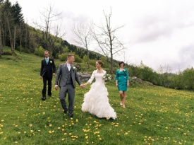 Poročno fotografiranje med cvetočimi regrati kar nad domačo hišo.