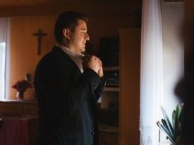 Ženin se pripravlja na poroko. Poročna obleka za moške.