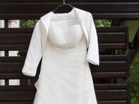 Poročna obleka čaka nevesto.