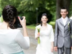 Poročna fotografinja na delu.