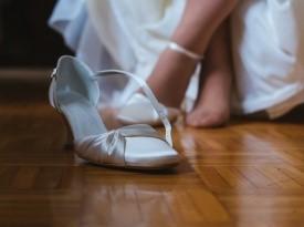 Poročni čevlji in obleka.