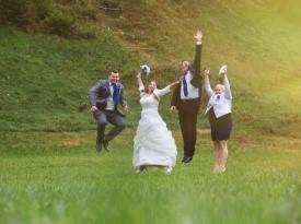 Zabava na poročnem fotografiranju.