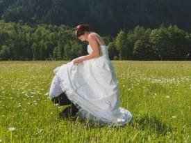 Poročni fotograf, poročno fotografiranje, fotografiranje na travniku