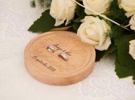 Poročna prstana na lesnem podstavku katerega sva sama zrisala in naredila :)