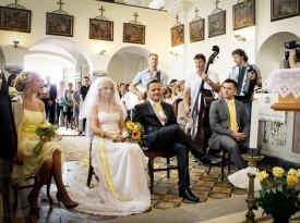 poročni par, cerkev, poročna obleka, poročni šopek