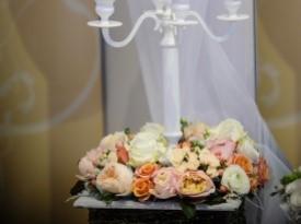 Svečnik in poročna dekoracija.