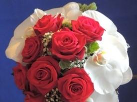 Bel in rdeč poročni šopek.