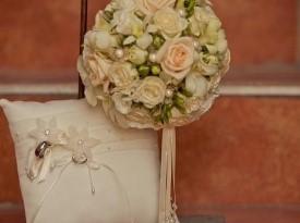 Poročni šopek in poročna prstana.