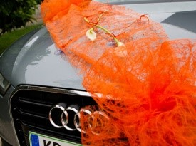 Poročna dekoracija na avtomobilu.