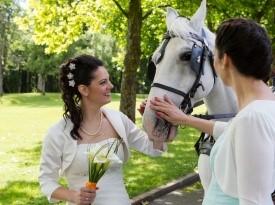 Nevesta in poročna fotografinja.