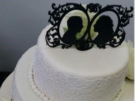 Poročni par na poročni torti