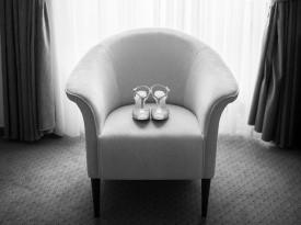 poroka, poročni čevlji, zaobljuba, poročna fotografija, onaon