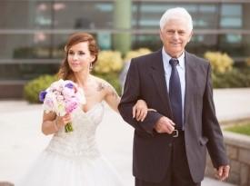 Oče in nevesta, poročna obleka, poročni šopek.