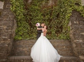 Ženin in nevesta na poročnem fotografiranju, morska poroka.