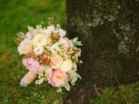 Svetel poročni šopek.