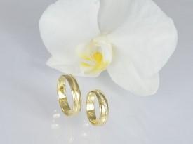 Poročni prstan iz rumenega zlata.
