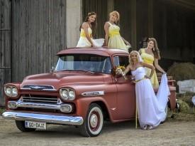 nevesta, poročna obleka, družice, avto