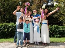 Mladoporočenca, družina, priče, poročni šopek