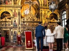 Ženin in nevesta pred oltarjem.