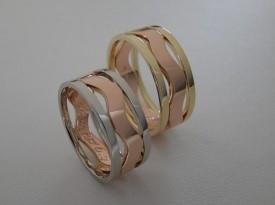 Poročni prstan kombinacija belega, rdečega in rumenega zlata.