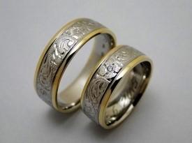 Poročna prstana belo in rumeno zlato.