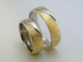 Poročni prstan dvobarvni in kamen.
