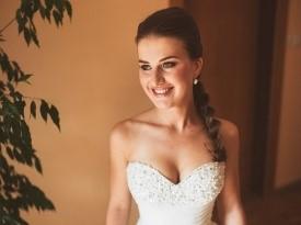 Nevesta in poročna obleka.