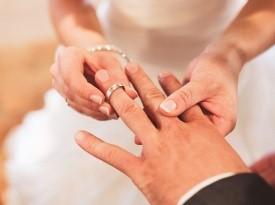 Izmenjava poročnih prstanov.