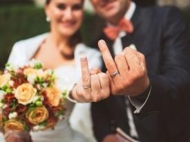 Poročna prstana in poročno šopek.