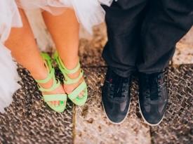 Poročna fotografija, ženin in nevesta, poročna obutev
