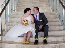 Mladoporočenca na poročnem fotografiranju.