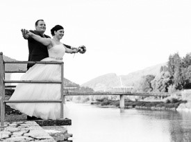 Poročno fotografiranje ob reki.