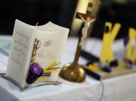 Poročna dekoracija na oltarju.