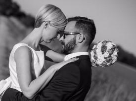 Poročno fotografiranje, mladoporočenca, poročni šopek, poročna obleka