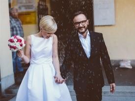 Pravkar poročena, poročna fotografija, poročna obleka, poročni šopek.