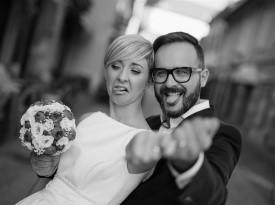 Mladoporočenca, poročna fotografija, poročna obleka, poročni šopek.