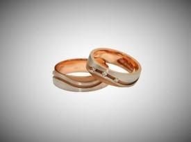 Poročni prstan narejen iz rdečega zlata.