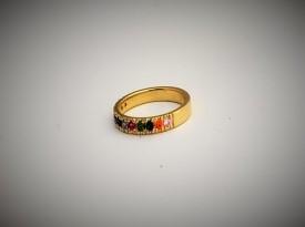 Poročni prstan z barvnimi kamni.