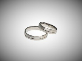 Poročna prstana, belo zlato, narejeno po naročilu.