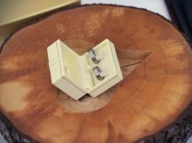 poročni prstan, lesena podloga srček
