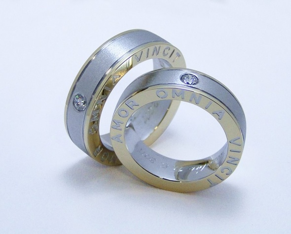 Unikatni poročni prstan iz rumenega in belega zlata.