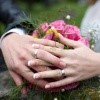 Poročna prstana, ženin in nevesta.